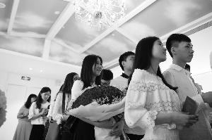 白云新婚姻登记处,新人排队登记结婚。信息时报记者 叶伟报 摄