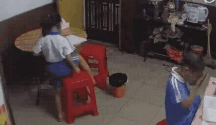谁知道下一秒,这名女性又像发疯了一样,拿起扫帚对着女孩就是猛抽。
